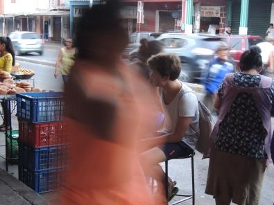 Dieses Bild zeigt gut das Getümmel auf dem Mercado. Luca ganz entspannt im Hintergrund.
